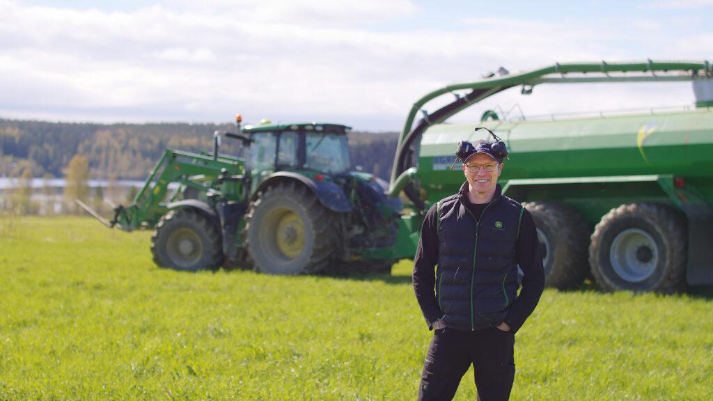 Daniel står framför sin gröna Agronic S-17